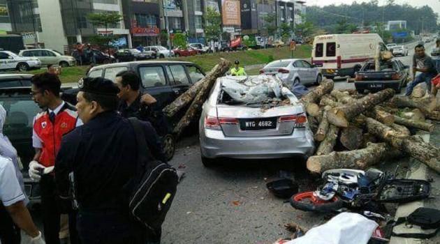 加影发生连环恐怖车祸,造成摩托骑士当场死亡。