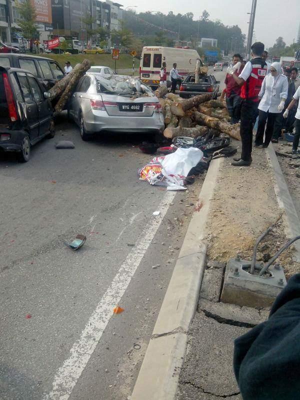 加影发生连环恐怖车祸,涉及的罗里当时载满了树胶树桐,在行驶时突然失控,导致随后而来的3辆轿车及1辆摩托散避不急直接被树桐压中,造成摩托骑士当场死亡。