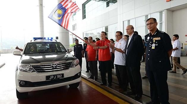 交通部长廖中莱宣布,凡未系上后座安全带者罚!