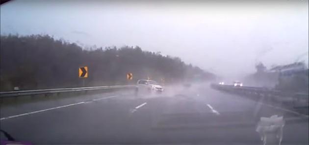 影片:Myvi雨天失控打滑转数圈!幸好没事!