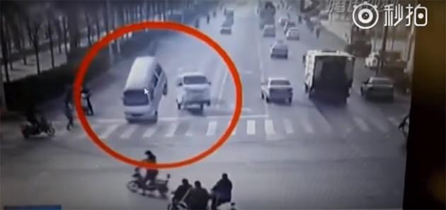 路上有鬼?中国河北车祸汽车居然离奇飞起。。。。