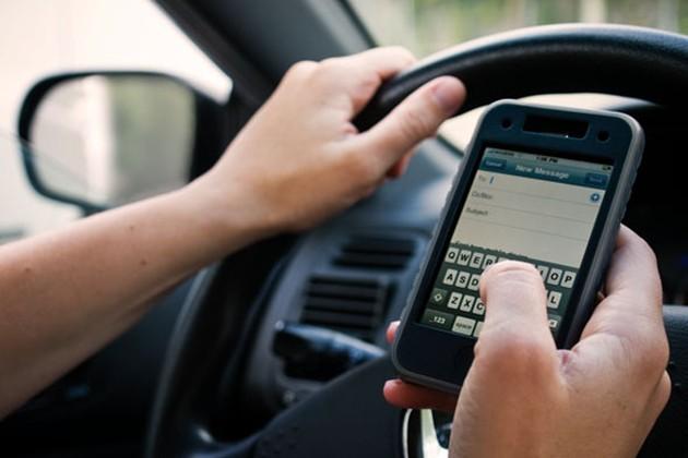 在红灯前使用手机也有机会吃到罚单!