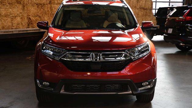 引擎的配置上Honda为新一代的CR-V搭载的是一具排气量1.5L的VTEC Turbo引擎,不过明显和Honda Civic FC上的不同,这具引擎的最大马力为190 hp在5,600 rpm产生,峰值扭力243 Nm在2,000至5,000 rpm产生,另外Honda还另外预备了一句2.4L的i-VTEC自然进气引擎,最大马力184 hp/ 6,400 rpm峰值扭力 244 Nm/3,900 rpm,搭载的变速箱都是CVT变速箱。