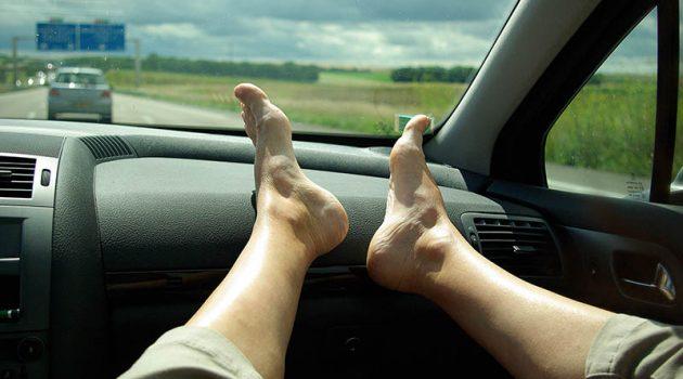 把脚放在 dashboard 上很舒服?她的经历告诉你别这样做!
