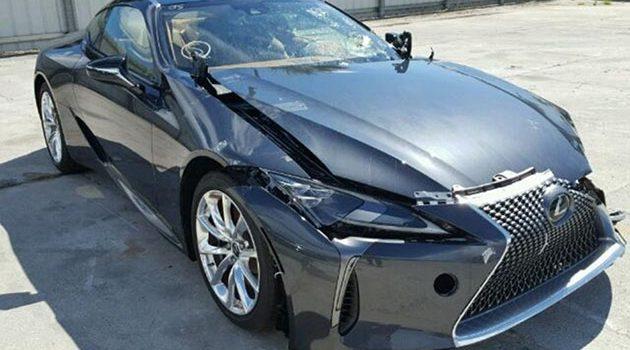 最近流行撞车? 百万跑车 Lexus LC500 被撞了!