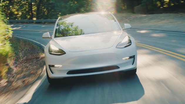 Tesla Model 3 大战 Ford Mustang ,野马不敌!