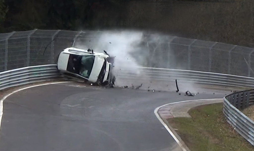 Mercedes-Benz A-Class 高速翻转,乘客安然无事走下车!
