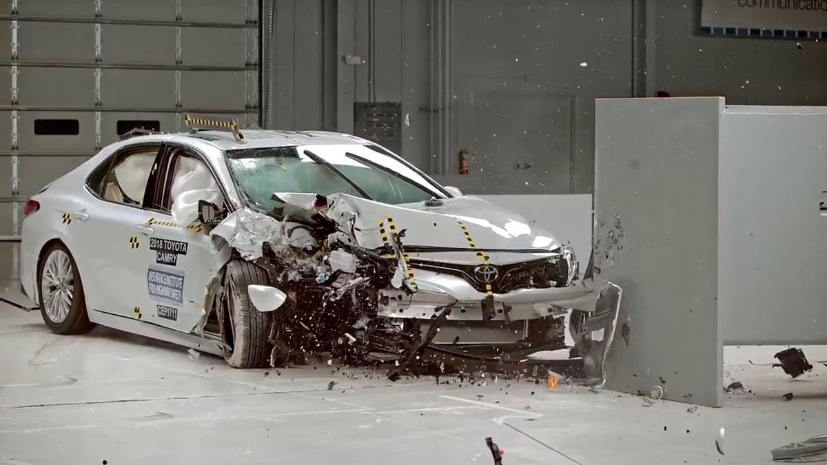 影片: 看看 Toyota Camry 从2002年到2018年的安全进化!