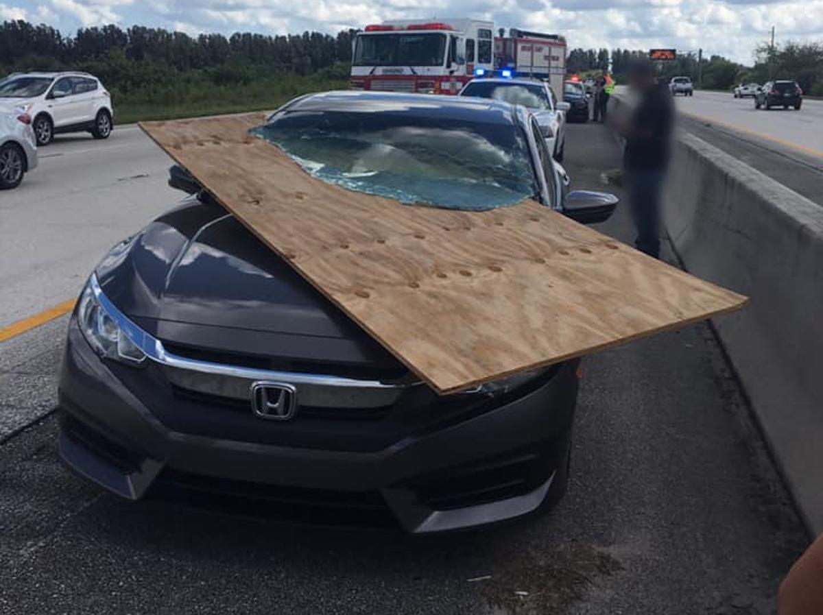 三合板刺穿 Honda Civic FC ,司机竟然安然无恙!