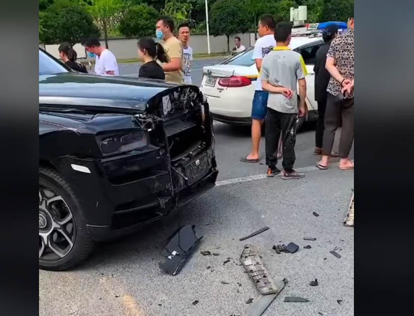 Rolls Royce Cullinan Black Badge 刚提车就撞毁,百万 SUV 就这样没了!